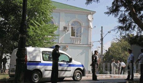 Оккупационная полиция Крыма устроила шмон в здании Меджлиса, 6 часов ни кого не пускают ФОТОрепортаж