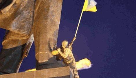 В Харькове сносят памятник Ленина, нашелся меценат готовый заплатить за это 100 000 гривен