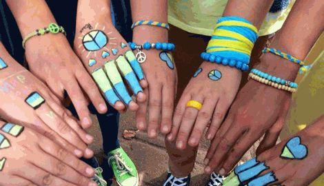 Учащиеся одной из школ Москвы пришли на уроки, одевшись в национальные цвета Украины