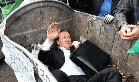 Возле Верховной рады люди выбросили народного депутат Журавского в мусорный бак ФОТО
