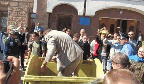 """Флешмоб """"Очищение чиновника через мусорный бак"""" продолжает свое шествие по Украине, так экс-регионал Николай Корецкий с удовольствием побывал в привычной среде"""