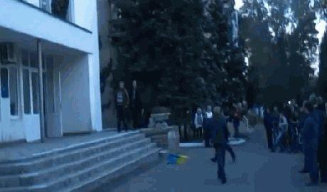 В Ждановке жители сорвали со здания горсовета флаг Украины и поглумились над ним ВИДЕО