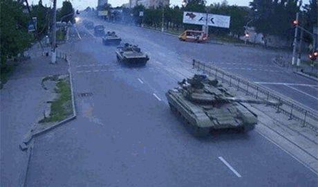Из Новоазовска в сторону Мариуполя выдвинулась колонна танков с террористами