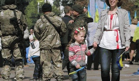 Мариуполь праздновал День города под звуки взрывов снарядов ФОТО