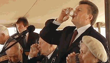 Янукович беспробудно пьет и ведет себя как дома, раздавая указания чиновникам высшего эшелона РФ
