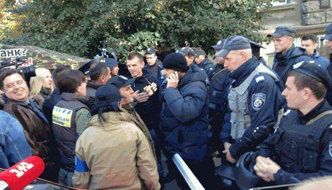 Под стенами Администрации президента произошли столкновения между Автомайданом и правоохранителями