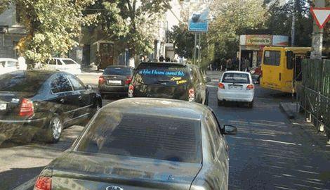 «Нет в болоте вкусной воды», — надпись на одном из автомобилей в Крыму