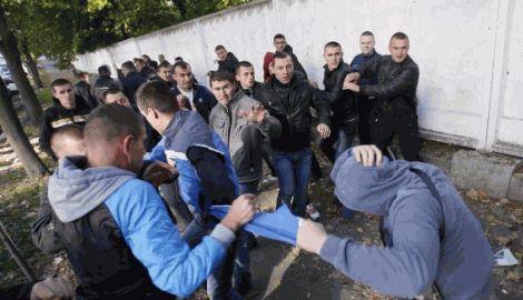 """Киевские ультрас вынесли приговор """"Беркуту"""" с майдана, и привели его в действие, под стенами суда"""