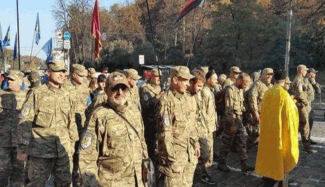 Активисты, принимающие участие в Марше УПА идут к Верховной Раде требовать признания повстанцев