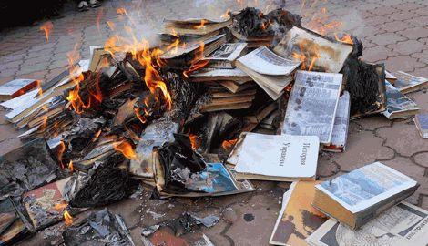 В Крыму на глазах у школьников сжигают книги на украинском языке и об Украине