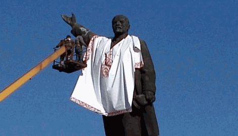 Спасти вождя пролетариата, в Запорожье, чтобы памятник Ленину не снесли на него надели вышиванку
