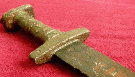 В Китае 11-летний юноша нашел, самый древний меч в мире