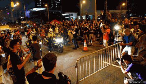 В Гонконге протестующие уступили власти и разбирают баррикады