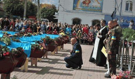 Губернатор Луганщины на коленях попросил прощения у погибших бойцов АТО