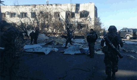 Террористы стягивают тяжелую бронетехнику к Донецкому аэропрту — местных жителей настоятельно «просят» покинуть дома