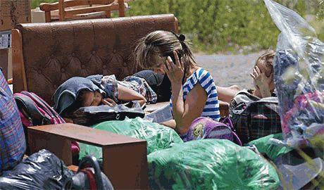 """Луганчанка поставила на место """"рашистского"""" оккупанта: если б такие как вы нас не """"защищали"""", нас бы и не бомбили. Я еду в Киев!(Видео)"""