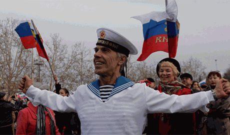 Без паспорта РФ жители Крыма станут бомжами — правозащитник