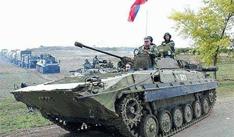 """Донецкие боевики собирают в ударный """"кулак"""" танки и БТРы – через Красный Луч прошла очередная колонна бронетехники"""
