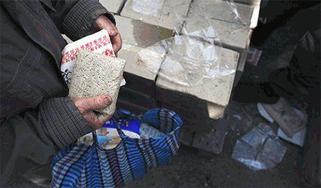 """Вооруженные """"новороссы"""" силой отбирают российскую гуманитарку у луганчан"""