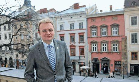 """Львовская """"Самопомич"""" во главе с мэром города, агитируют на фоне полуразрушенных улиц"""
