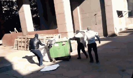 Trashbucketchallenge — в Запорожье бросили в мусорник главу Фонда госимущества