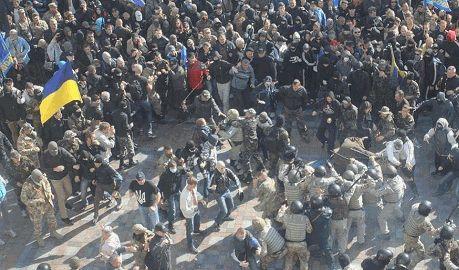 "В милицию под парламентом полетели ""коктейли молотова"" и камни"