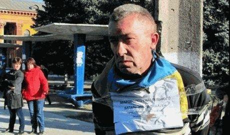 """Террористы снова привязали человека к """"столбу позора"""" с украинским флагом ФОТО"""
