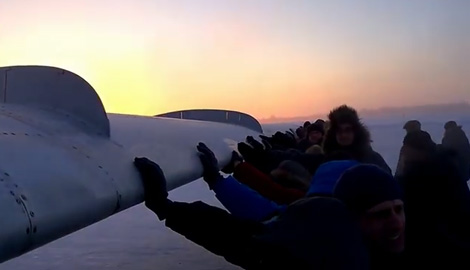 Как суровые Русские толкали самолет, чтобы полететь (ВИДЕО)