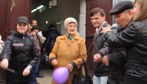 В Луганске за еду не только голосовали но и танцевали