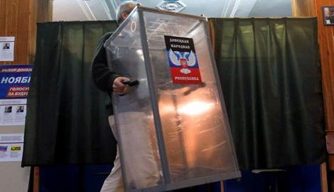 Специфическая демократии Донбасса – это проверка автоматчиком правильности голосования
