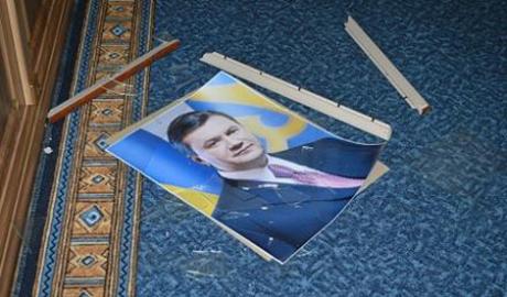 """Взбешенный нардеп топором """"зарубил"""" Януковича в кабинете полтавского мэра"""