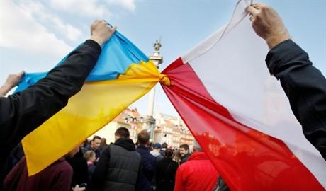 Рука помощи поляков: Евромайдан Варшава собрал около миллиона злотых для Украины