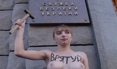 Активистка фемен штурмовала СБУ с требованием найти ее пропавшую сестру(ВИДЕО)