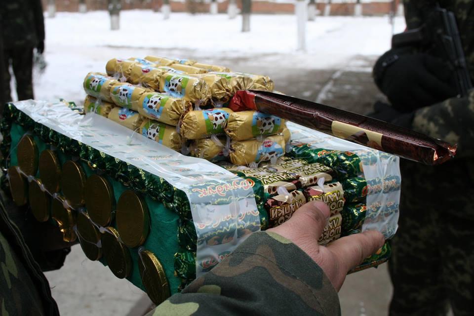 Школьница передала бойцам АТО «сладкое оружие» (ВИДЕО)