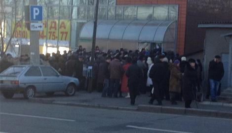 Денежная выплата в обмен на смерть: Боевики из автомата расстреляли очередь за соцвыплатами