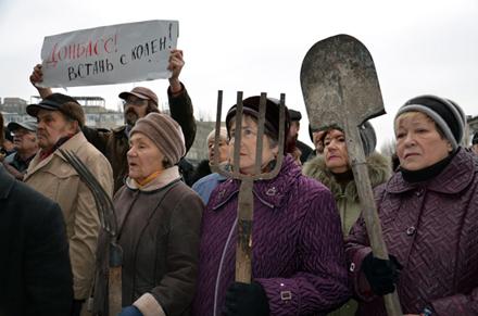 """Жители АТО требуют """"казнить"""" Путина. От безысходности люди строятся в очереди, чтоб получить пачку макарон (ВИДЕО)"""