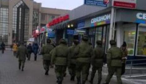 """Зеленые человечки слоняются белорусским городом, и заявляют, что """"будет война!"""""""