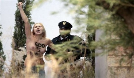 Femen добрались до Ватикана (ФОТО)