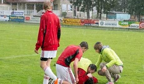 Инцидент: во время матча в футболиста попала молния (ВИДЕО)