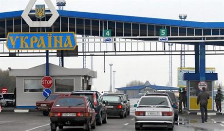 Пограничники не могут полноценно проверить грузовики с новогодними подарочками от Путина