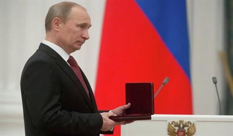 «Почтил»: орденом Мужества Путин наградил якобы погибшего в Украине солдата