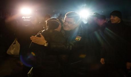 Как Порошенко встречал освобожденных с плена украинских военных (ВИДЕО)