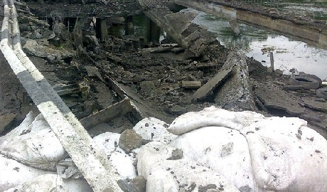 """Боевики """"ЛНР"""" подорвали мост через Северский Донец"""