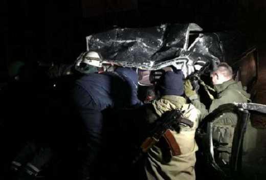 В Донецке террористы проигнорировав красный свет и въехали в автобус с рабочими завода: есть жертвы