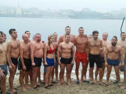 Братья Кличко купались в Днепре вместе с казаками