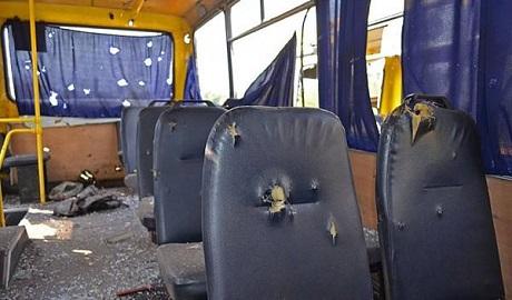 """В сети появилось видео обстрела """"Градами"""" автобуса на блокпосту под Волновахой"""