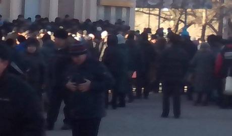 В Горловке пол флагом «ДНР» люды выстроились в огромные очереди за гуманитарной из Украины ФОТО