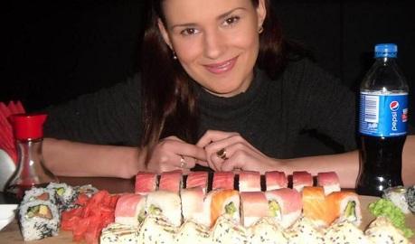 """Не меняя традиций: луганская коммунистка вместе с """"ополченцем"""" объедается суши в голодающем Луганске ФОТО"""