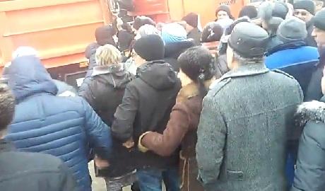 Привет девяностые: В России люди в очереди чуть ли не дерутся за дешевый сахар ВИДЕО