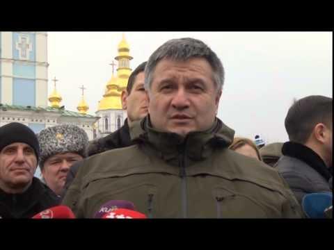 Аваков вручив Окуєвій новий пістолет, а Осмаєву годинник із пісенькою про Путіна